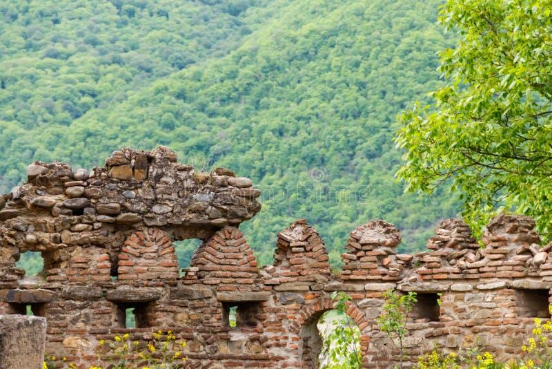 Complexo do castelo de Ananuri no rio de Aragvi em montanhas de Cáucaso foto de stock