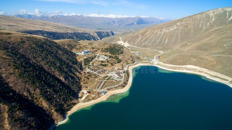 Complexo do hotel na costa do lago Kezenoy am República chechena fotografia de stock