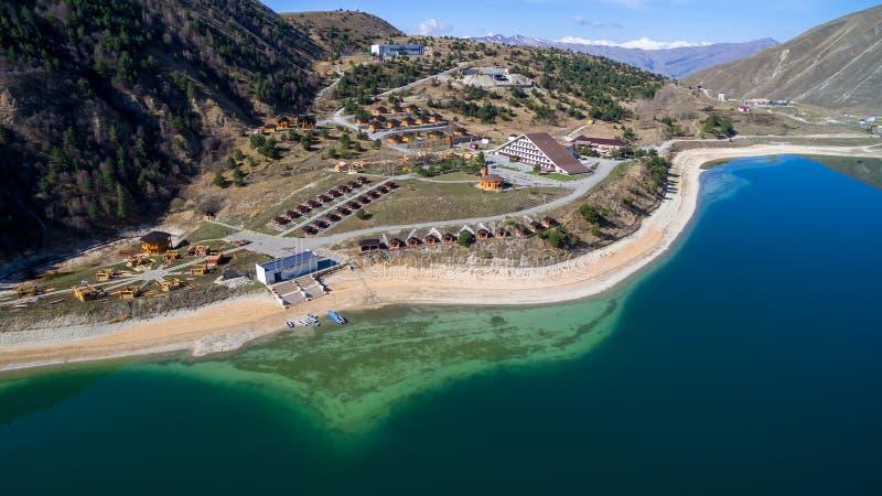 Complexo do hotel na costa do lago Kezenoy am Rep?blica chechena R?ssia foto de stock