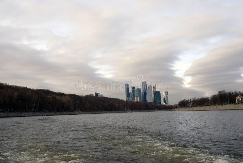 Complexo dos escritórios para negócios e de apartamentos da cidade de Moscou fotografia de stock