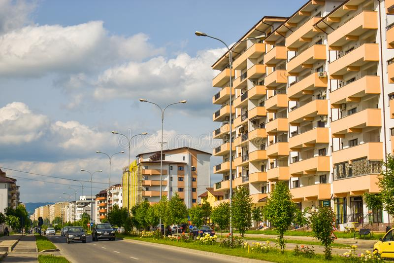 Complexo europeu contemporâneo de construções residenciais com construções modernas novas do bloco, espaço verde e Dem grande do  imagens de stock royalty free