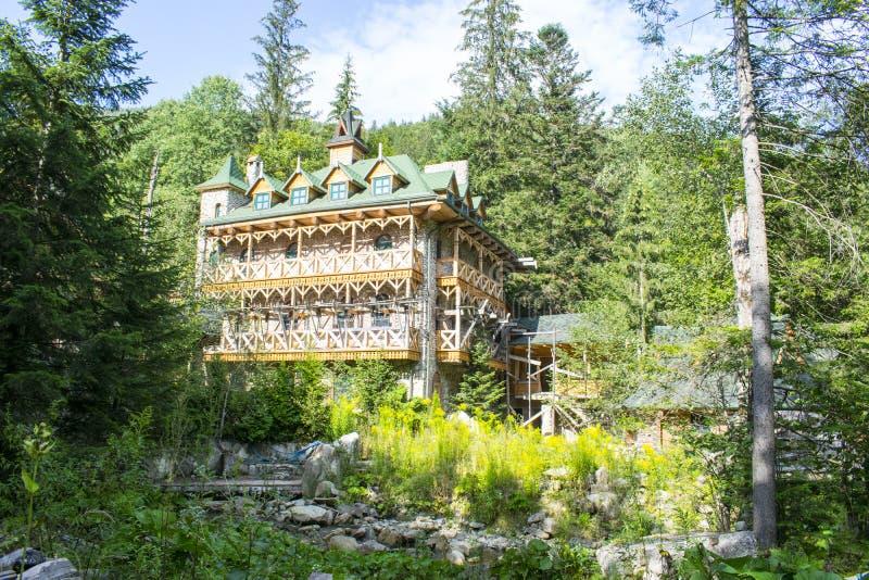 Complexo inacabado do turista nas montanhas foto de stock