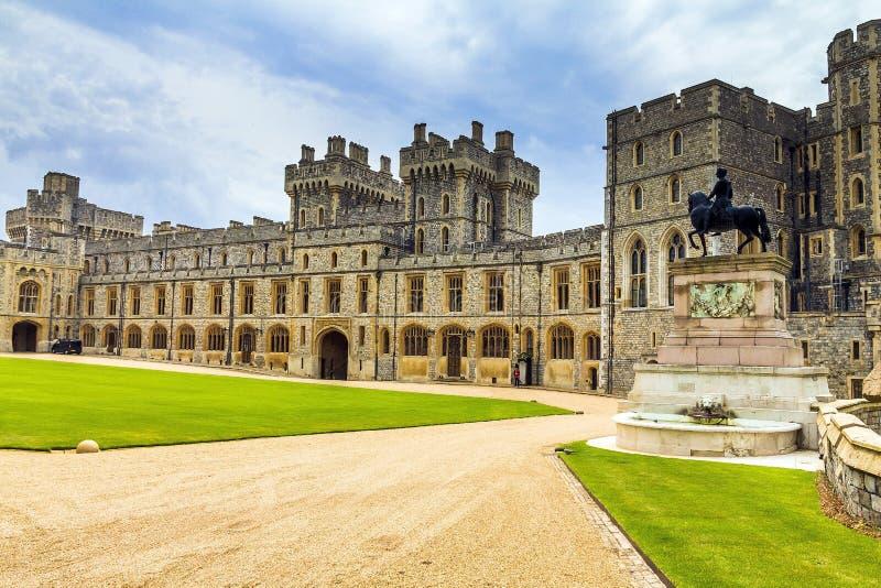 Complexo residencial medieval de pedra exterior com o pátio dentro de Windsor Castle fotografia de stock