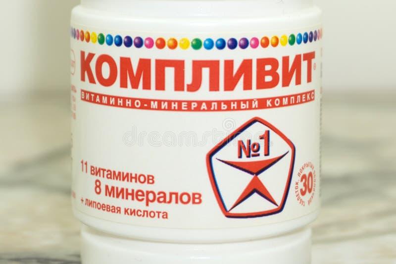 Complivit关闭维生素和补充在白色背景与一个棕色瓶 包括维生素C,维生素E,维生素 免版税库存照片