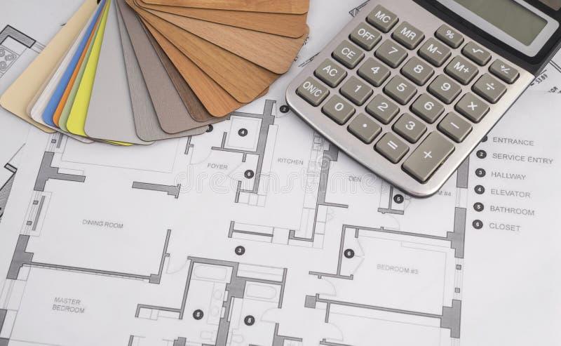 Complotez la maison de plan avec une palette de couleurs et des outils photographie stock