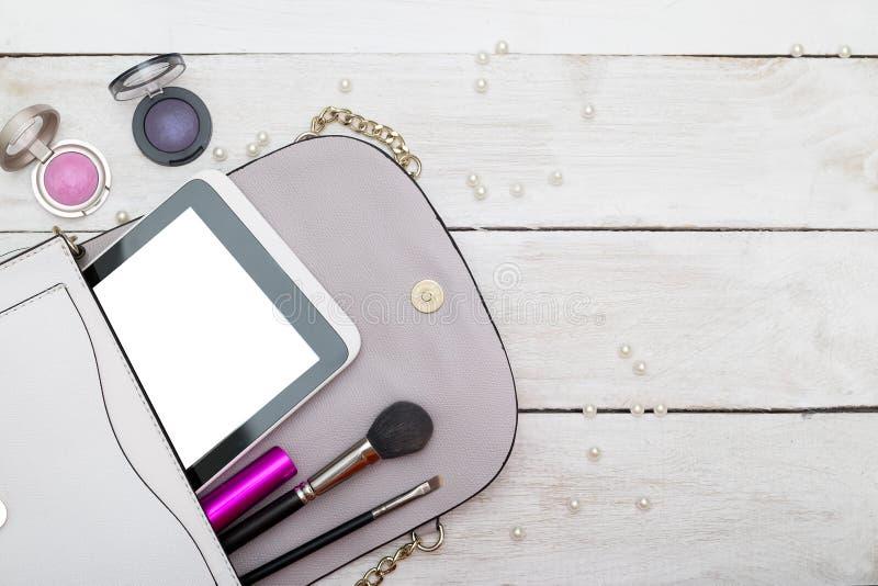 Compo o saco com os cosméticos e as escovas imagem de stock royalty free