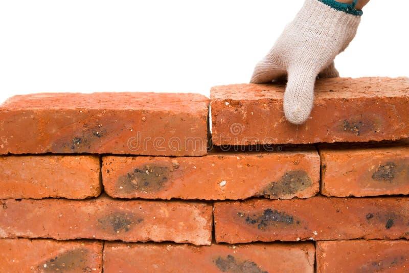 Compondo uma parede de tijolo imagem de stock