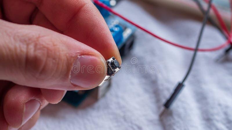 Componente del pulsante utilizzata nelle configurazioni del microcontroller immagini stock libere da diritti