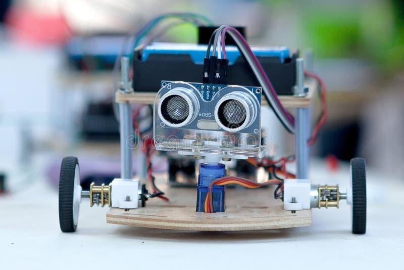 Componente eletrônico conectado com a tábua de pão no laboratório engenharia elétrica com cabos e controlador moderno foto de stock