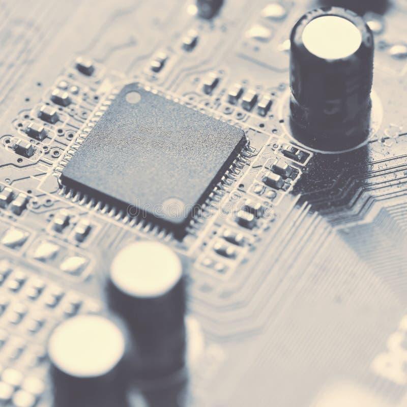 Componentes a bordo PWB ao PC Microplaqueta, capacitor e conectores no cartão-matriz de um computador pessoal CCB tecnologico mod imagem de stock
