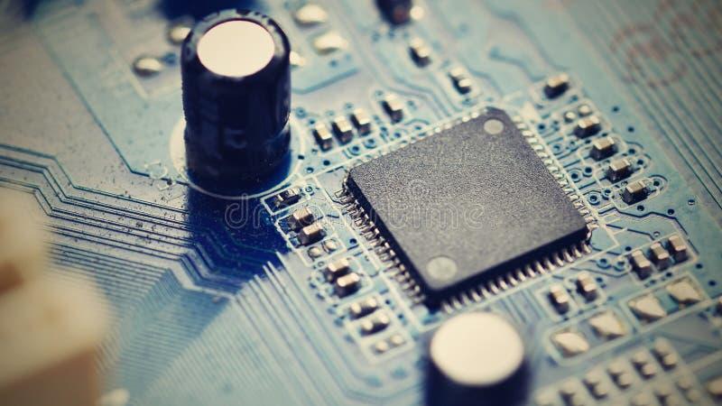 Componentes a bordo PWB ao PC Microplaqueta, capacitor e conectores no cartão-matriz de um computador pessoal CCB tecnologico mod fotografia de stock royalty free