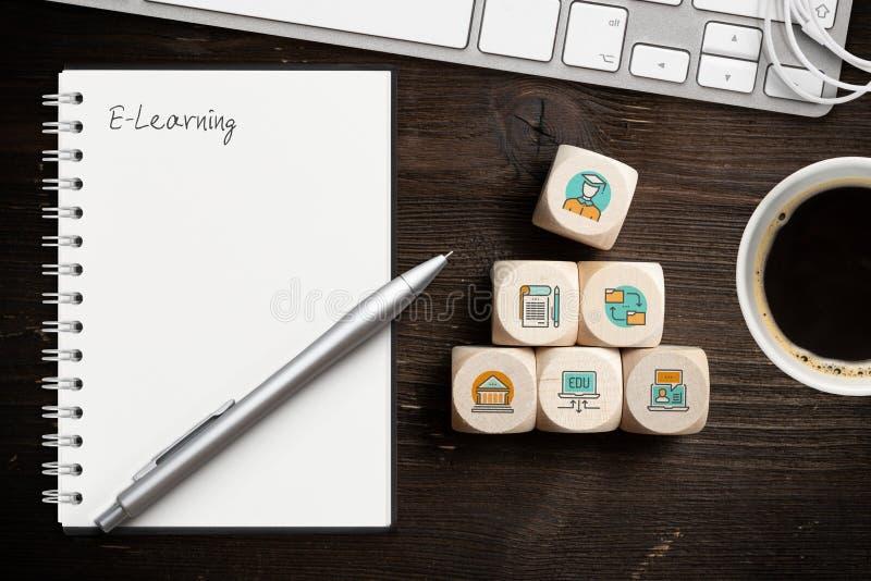 Componentes da aprendizagem digital como ícones em cubos e na palavra 'ensino eletrónico ' imagens de stock royalty free