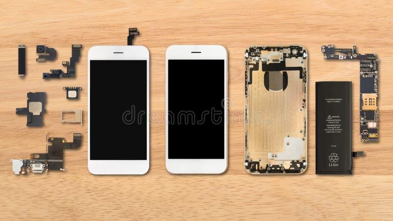 Componentes de Smartphone no fundo de madeira fotos de stock royalty free