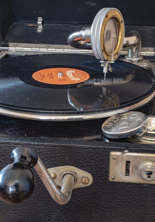 Componentes de um gramofone velho da empresa Odeon de Alemanha nos anos 20 com um disco da goma-laca, recolhimento, uma caixa par fotografia de stock royalty free