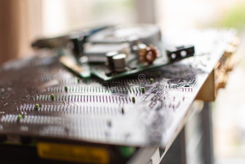 Componentes de uma placa de vídeo estacionária do cartão-matriz do computador pessoal foto de stock royalty free