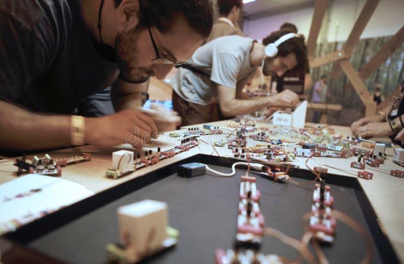 Componentes del arduino de la manija de la gente en un taller en el sonar Barcelona imágenes de archivo libres de regalías