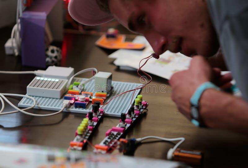 Componentes do arduino do punho dos povos em uma oficina na sonar Barcelona foto de stock