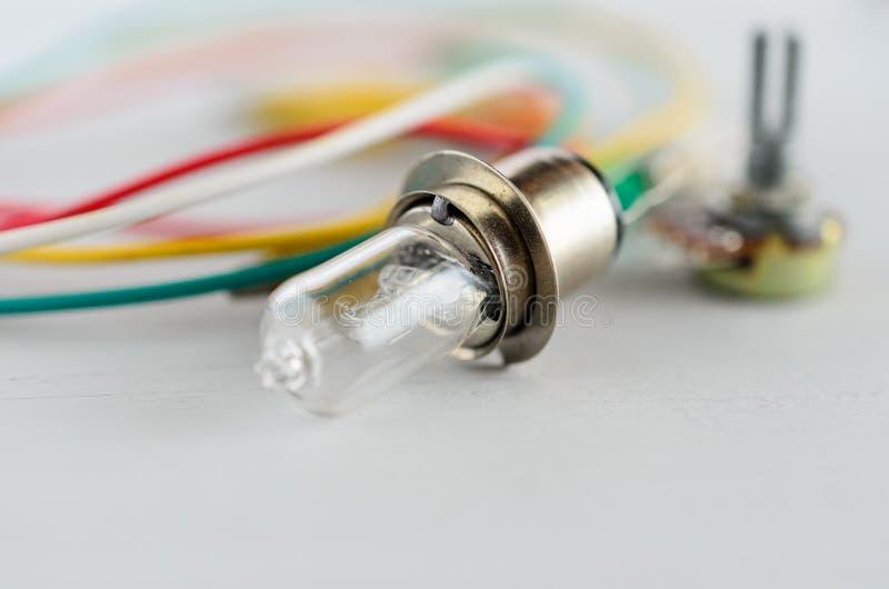 Componentes eléctricos en el fondo blanco foto de archivo libre de regalías