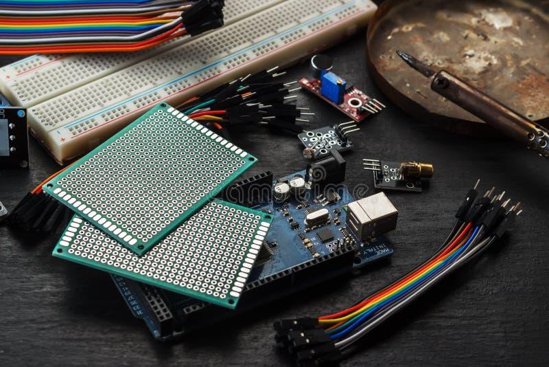 Componentes electrónicos y sensores para el arduino fotos de archivo libres de regalías