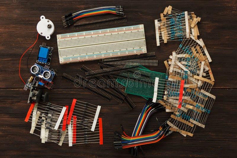 Componentes electrónicos y sensores para el arduino imagen de archivo libre de regalías