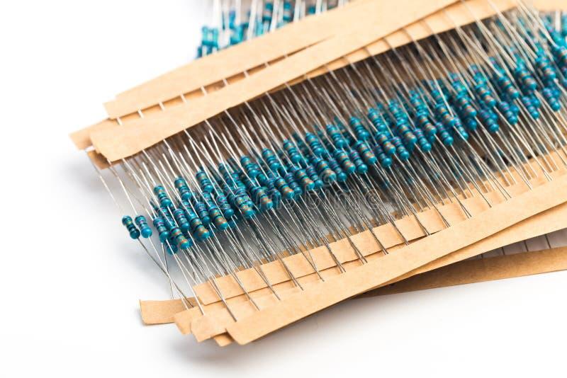Componentes eletrônicos: resistores na fita de papel isolada em branco - imagem fotos de stock