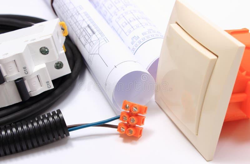 Componentes para las instalaciones eléctricas y rollos de diagramas foto de archivo libre de regalías