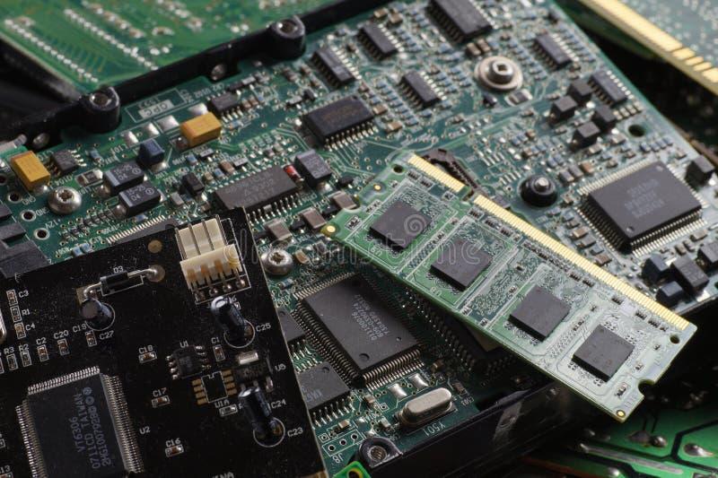 Componentes usados dos produtos eletrónicos de consumo Memórias de RAM, discos rígidos, cartões de expansão imagens de stock