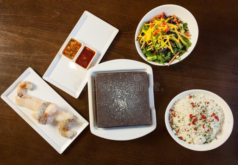 Componenti del cuoco voi stessi piatto di pesce con la pietra calda fotografia stock libera da diritti
