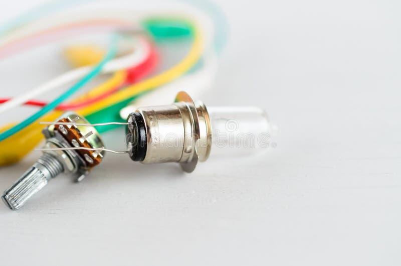 Componenti elettriche su fondo bianco fotografie stock