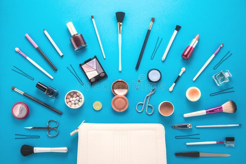 Componga el bolso con los cosméticos imagenes de archivo