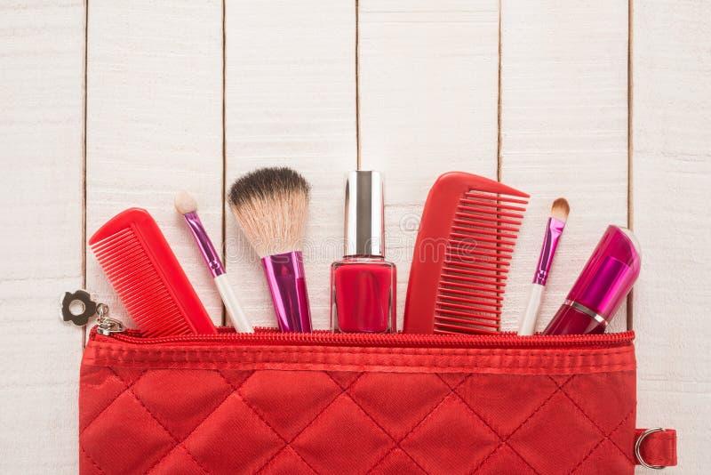 Componga el bolso con los cosméticos foto de archivo
