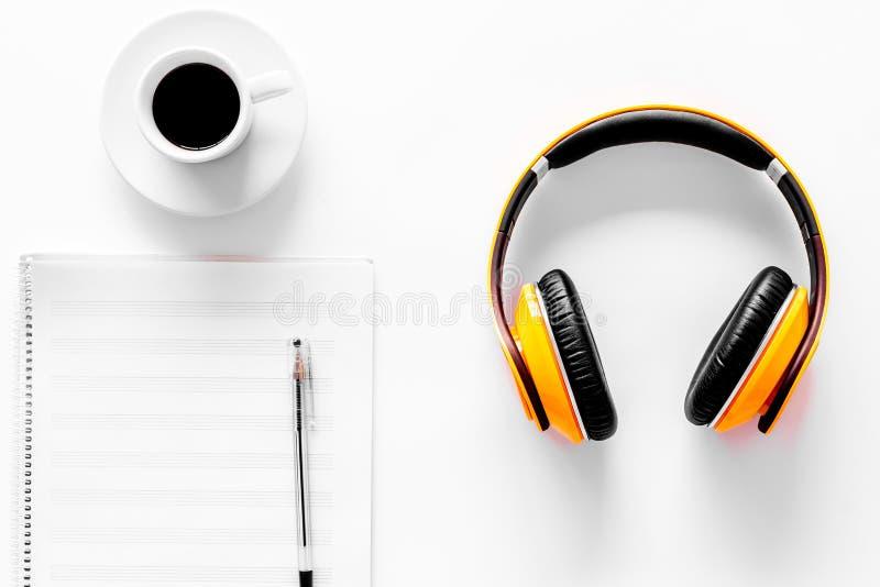 Componga la musica Cuffie, note di musica e tazza di caffè sulla vista superiore del fondo bianco immagini stock libere da diritti