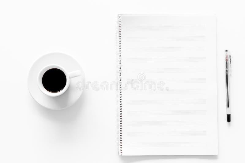 Componga la musica Note e tazza di caffè di musica sulla vista superiore del fondo bianco fotografia stock libera da diritti