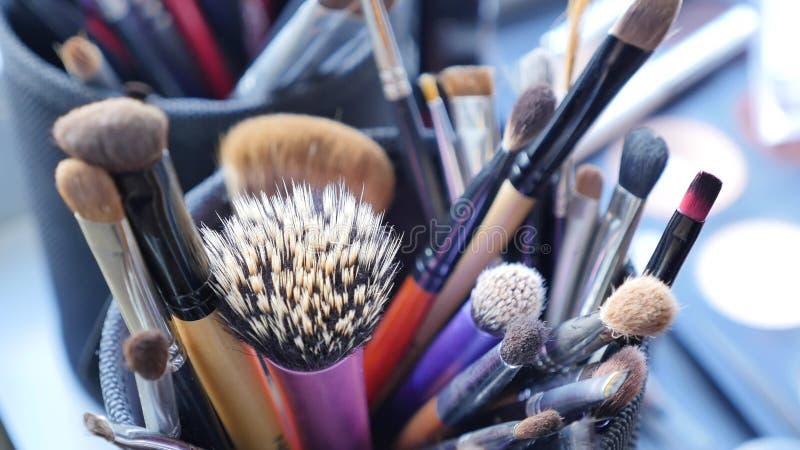 Componga la tavola con la spazzola professionale di trucco Strumenti di Visagiste Spazzole differenti per i cosmetici fotografie stock