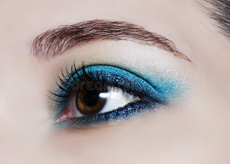 Componga la tendencia: sombreadores de ojos brillantes azules imagen de archivo