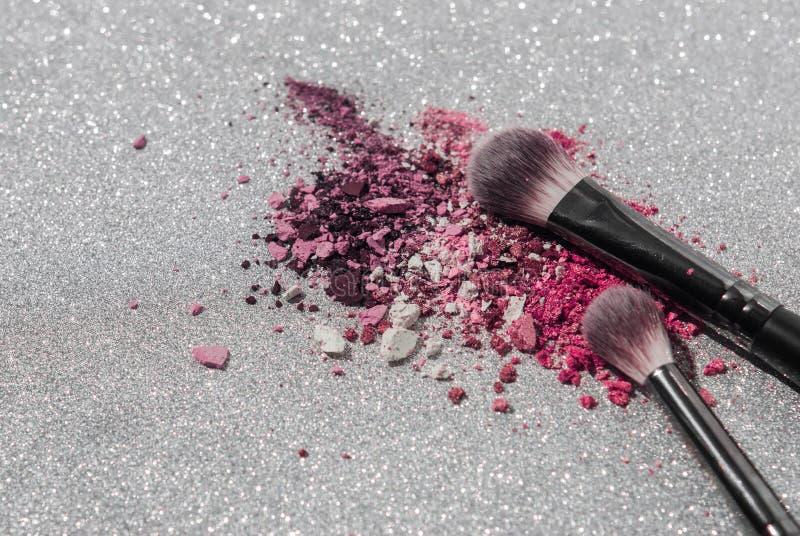 Componga los cepillos con sombreador de ojos machacado colorido imágenes de archivo libres de regalías