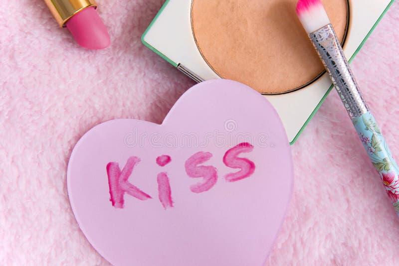 Componga los productos en un fondo rosado suave, cierre para arriba, los objetos diarios fotos de archivo libres de regalías