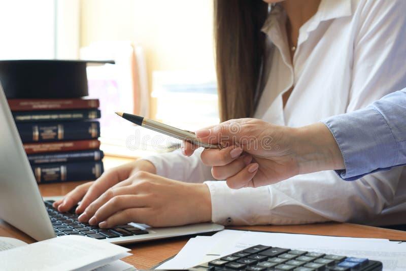 Comportamento di verifica un esame finanziario ufficiale degli individui o dei conti di organizzazioni immagini stock libere da diritti