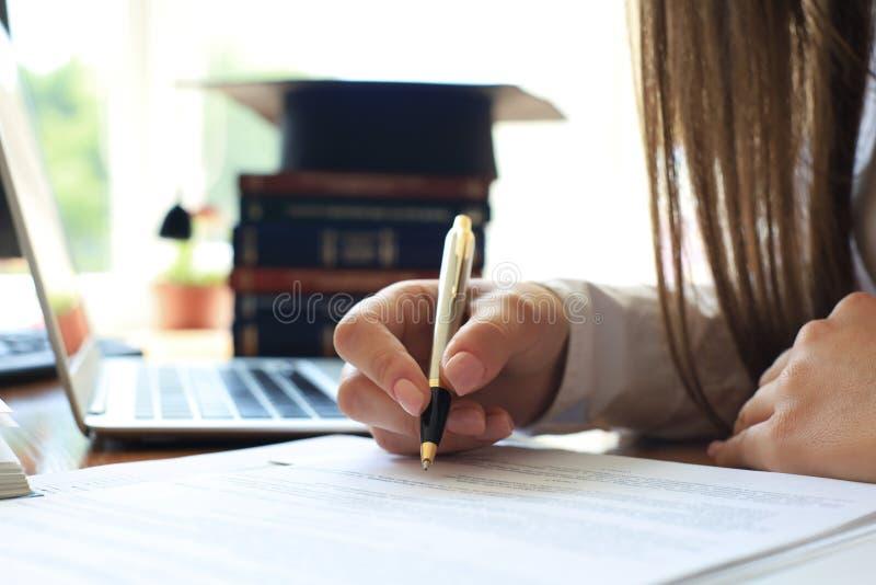 Comportamento di verifica un esame finanziario ufficiale degli individui o dei conti di organizzazioni fotografie stock