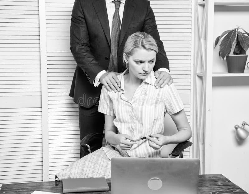 Comportamento inaccettabile nel luogo di lavoro Relazioni vietate sul lavoro Molestia sessuale nel luogo di lavoro Responsabile d fotografia stock libera da diritti