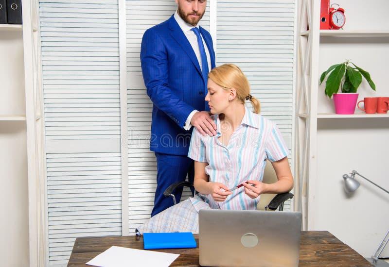 Comportamento indecente della ragazza Capo abusivo Molestia sessuale nell'ufficio di affari fotografie stock libere da diritti