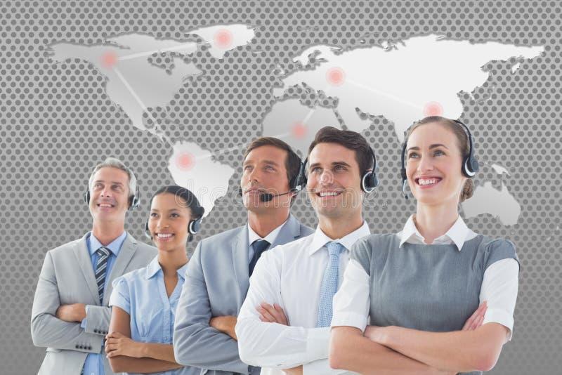 Composé de Digital d'équipe de soutien de service client contre la carte du monde illustration libre de droits
