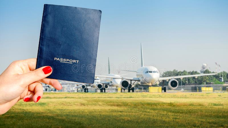 Composé de Digital de tenir un passeport générique avec une rangée des avions commerciaux sur rouler au sol sur le macadam image libre de droits