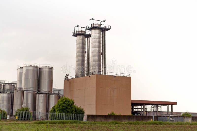Composé moderne de laiterie d'industrie avec des silos photo libre de droits