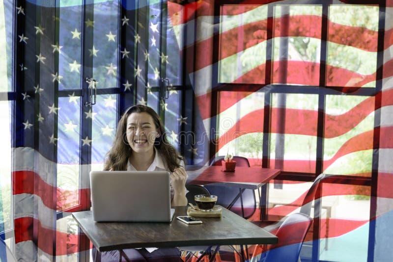 Composé patriotique de jeune demi femme Thaïlandais-américaine heureuse dans h images stock