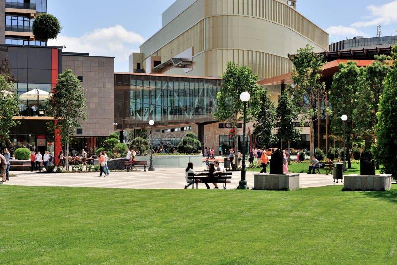 Composé résidentiel avec le centre commercial et les stationnements image libre de droits