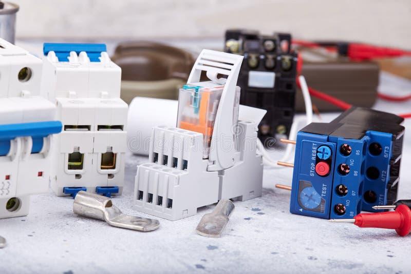 Composants électriques et pièces d'équipement et de spre images libres de droits