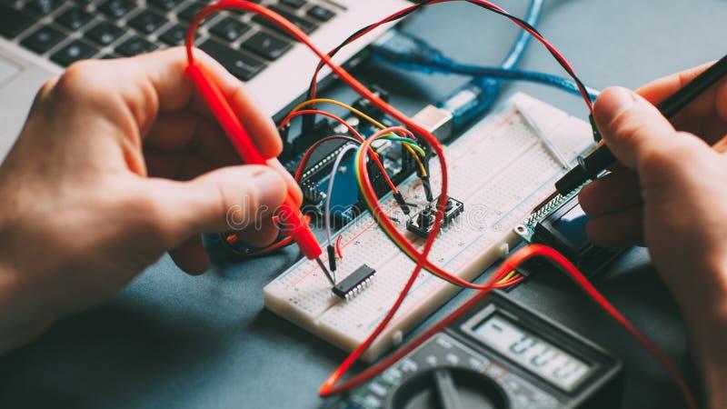 Composants électroniques d'essai de lieu de travail d'ingénieur photos stock