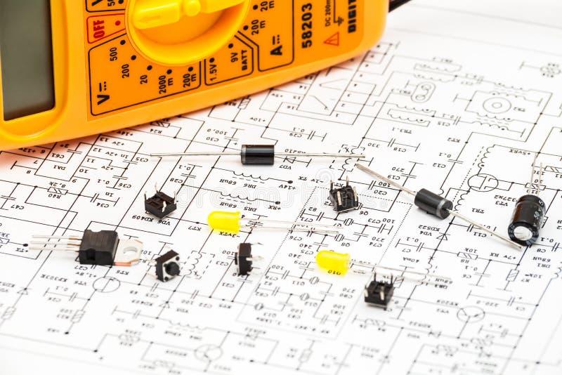 Composants électroniques sur le diagramme de curcuit photos libres de droits