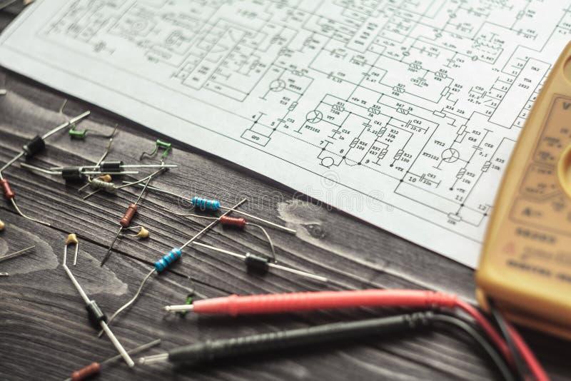 Composants électroniques sur le fond rustique en bois photographie stock